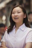 Porträt von glücklichen jungen Frauen auf der Straße, Peking Lizenzfreies Stockbild