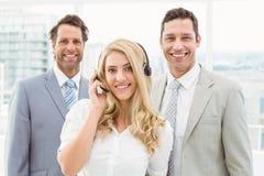 Porträt von glücklichen jungen Geschäftsleuten im Büro Stockbild