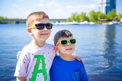 Porträt von glücklichen Kindern an einem hellen sonnigen Tag Freundschaft Sommer Lizenzfreies Stockfoto