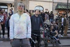 Porträt von glücklichen Kindern, Jungen und Mädchen, wenn die Gesichter mit farbigem Pulver geschmiert sind Stockbilder