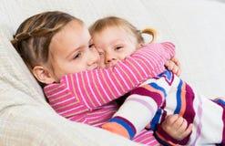 Porträt von glücklichen kleinen Schwestern Lizenzfreie Stockbilder