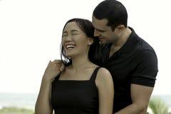 Porträt von glücklichen zwischen verschiedenen Rassen Paaren in der Liebe im Freien Stockbild