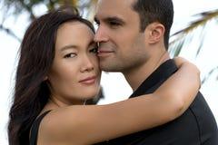 Porträt von glücklichen zwischen verschiedenen Rassen Paaren in der Liebe im Freien Stockbilder