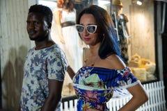 Porträt von glücklichen zwischen verschiedenen Rassen verliebten Paaren lizenzfreie stockfotos