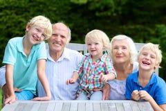 Porträt von Großeltern mit Grandkids lizenzfreie stockbilder