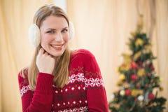 Porträt von hübsche lächelnde blonde tragende Ohrenschützer Stockfotos