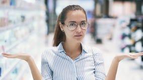 Porträt von hübschem Mädchen in Brillen zeigt Gefühle von Überraschung, Schock, Zeitlupe stock footage