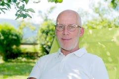 Porträt von hübschen 55 Jahren alten Mann mit Brillen Stockbilder