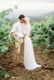 Porträt von herrliche Frauen und Mann in den Weinbergen lizenzfreie stockfotografie