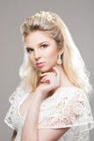 Porträt von herrlichem blondem mit einem schönen Stirnband auf einem grauen b Stockfotografie