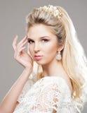 Porträt von herrlichem blondem mit einem schönen Stirnband auf einem grauen b Stockbild