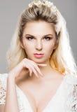 Porträt von herrlichem blondem mit einem schönen Stirnband auf einem grauen b Lizenzfreies Stockbild