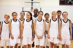 Porträt von Highschool Sport Team In Gym Stockbilder