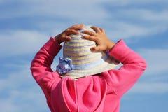 Porträt von hinten des anziehenden Fliegenstrohhutes des netten Babys Stockfotos