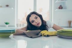 Porträt von ihr sie nette reizende schöne bezaubernde traurige verwirrte gewellt-haarige Hausfrau getane Plattenstapel auf Tabell lizenzfreies stockfoto