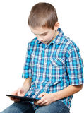 Kind, das mit einem Tablettecomputer spielt Lizenzfreies Stockfoto