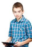 Kind mit einem Tablettecomputer Lizenzfreie Stockfotos