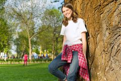 Porträt von Jugendlichen 13, 14 Jahre alt Frau mit Gläsern in der zufälligen Kleidung, lächelnd lizenzfreie stockfotografie
