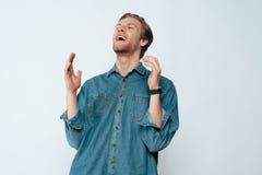 Porträt von jungem attraktivem bärtigem Guy Laughing lizenzfreie stockfotografie