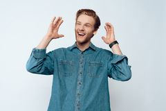 Porträt von jungem attraktivem bärtigem Guy Laughing lizenzfreies stockbild