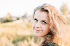 Porträt von jungem recht plus Größen-kaukasische glückliche Mädchen-Frau mit blauen Augen, Stockbild