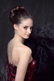 Porträt von jungen Frauen im roten Korsett Stockfoto