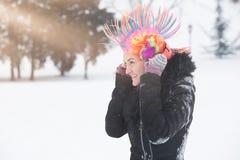 Porträt von jungen Frauen mit bunter Perücke und Kopfhörern O des Clowns lizenzfreie stockbilder