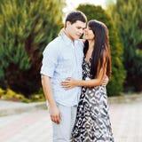 Porträt von jungen Paaren in der Liebe im Freien lizenzfreie stockfotografie