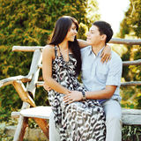 Porträt von jungen Paaren in der Liebe im Freien lizenzfreie stockbilder