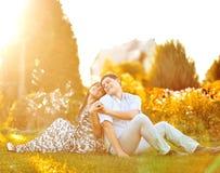 Porträt von jungen Paaren in der Liebe im Freien lizenzfreies stockbild