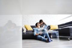Porträt von jungen Paaren mit dem Tablet-PC-Küssen lizenzfreies stockfoto