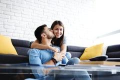 Porträt von jungen Paaren mit dem Tablet-PC-Küssen stockfoto