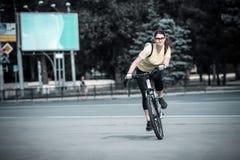 Porträt von jungen Radfahrern stockfotos