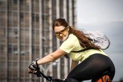 Porträt von jungen Radfahrern stockfoto