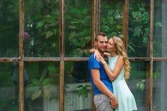Porträt von jungen romantischen Paaren in einem botanischen Garten Stockbild