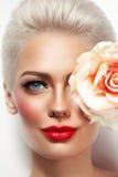 Porträt von jungen schönen Blondinen mit rotem lipst lizenzfreies stockbild