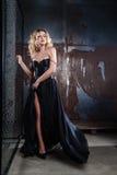 Porträt von jungen sexy Blondinen in einem schwarzen Kleid Stockbilder