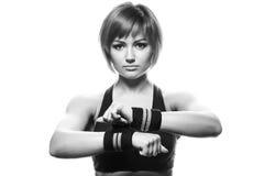 Porträt von jungen tragenden Bügeln des weiblichen Athleten Stockfoto