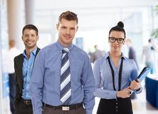 Porträt von jungen Wirtschaftlern im Büro stockbilder