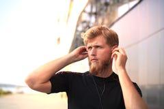 Porträt von junger Sport bemannen Betrieb mit Kopfhörern stockfoto