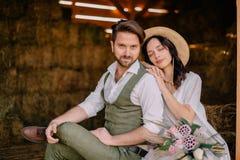 Porträt von Jungvermählten in boho Art an der Ranch lizenzfreie stockfotografie