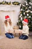 Porträt von Kindern mit Neujahrsgeschenk-Weihnachten Lizenzfreie Stockfotos