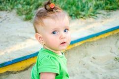 Porträt von Kinderspielen eines schönen wenig Babys schöpfen, harken und schaufeln im Sandkastensand Lizenzfreies Stockfoto