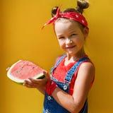 Porträt von kleinen girlwith Haarendstücken auf dem Kopf stockbilder