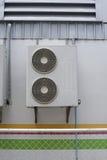 Porträt von Klimaanlageneinheiten auf Wand außerhalb des Gebäudes lizenzfreie stockfotos