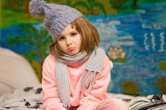Porträt von kranken Mädchenabnutzungsschals und -hut mit traurigem Gesicht stockfoto