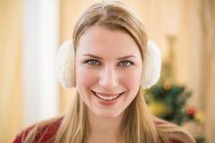 Porträt von lächelnde blonde tragende Ohrenschützer Lizenzfreie Stockfotos