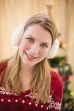 Porträt von lächelnde blonde tragende Ohrenschützer Stockfotos