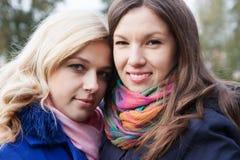 Porträt von lächelnden Freundinnen lizenzfreies stockfoto