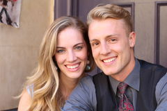 Porträt von lächelnden jungen Paaren zu Hause Lizenzfreies Stockfoto